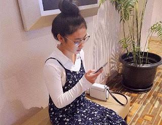 Fatimah Zahra Afif Bawa HP