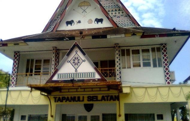 Contoh rumah adat Mandailing Tapanuli Selatan terdiri dari Sopo Godang (Balai Sidang Adat) dan Bagas Godang (Rumah Besar Raja)