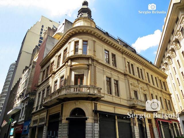 Vista ampla do antigo edifício no Largo do Café com a Rua São Bento - Centro