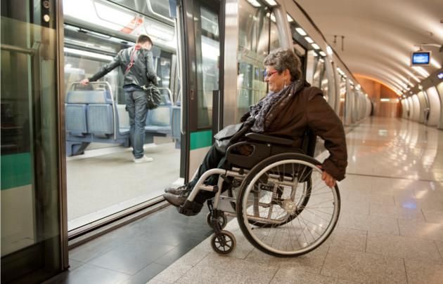 Deficientes físicos em Paris: Transporte Público