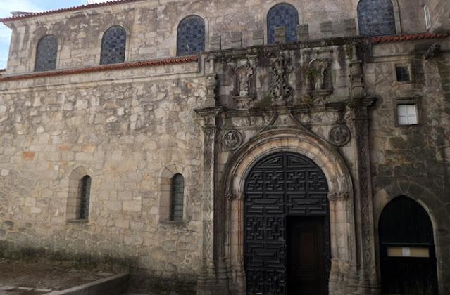 porta de uma igreja construída em pedras de granito