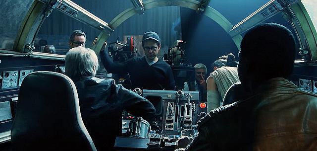 Harrison Ford şi John Boyega în interiorul navei Millenium Falcon