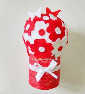 Bouquet-de-flores-rojas-y-blancas-3-ideas-faciles-para-el-dia-de-la-madre-manualidades-con-fieltro-creandoyfofucheando