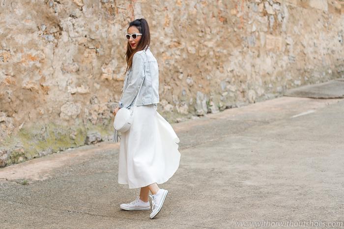 Cómo llevar un vestido blanco en primavera para un look de diario: con deportivas