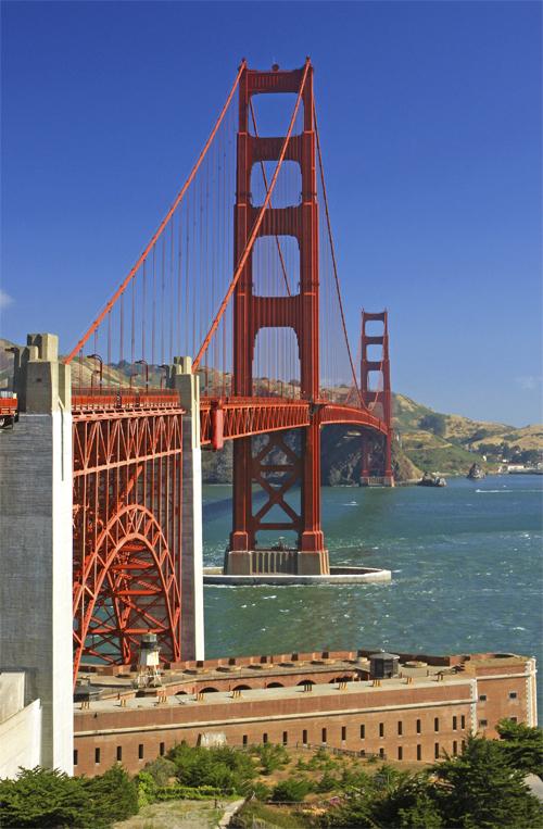 Bonita imagen del Golden Gate Bridge de San Francisco con las dos torres y el lecho de la bahía