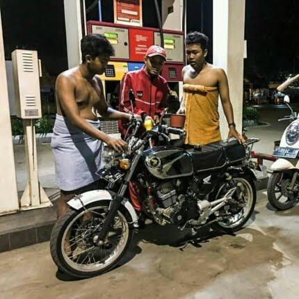 Ngakak Abis, Dua Pengendara Motor CB Ini Nekat Mengisi Bensin Hanya Mengenakan Sehelai Handuk