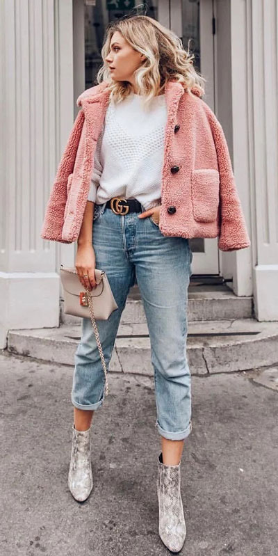 No matter what kind of date night you have planned for Valentine's Day. Here are 29 Romantic Valentines Day Outfits to Wow Your Date. Women's style + Fashion via higiggle.com | Cute casual teddy jacket + jeans look | #valentine #jeans #romance #jacket
