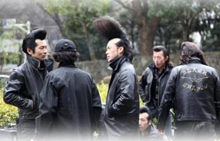 miembros de banda osozolku con chaqueta negra y copete