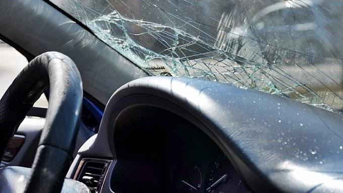 Szalagkorlátnak csapódott egy autó az M3-ason