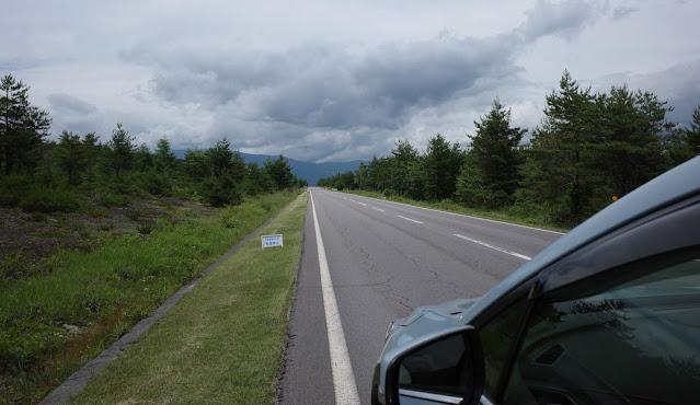 浅間山に向かって真っ直ぐに伸びた道