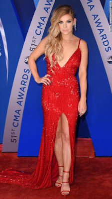 Lindsay ell e, une robe rouge sexy longue avec fente frontale