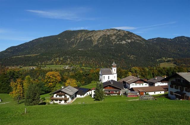 Das Dorf Wamberg mit Bergen im Hintergrund
