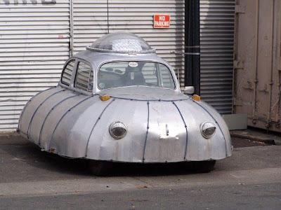 Auto, divertido y ridículo  con forma de platillo volador