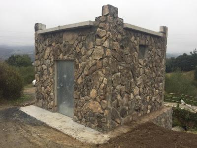 Caseta para riego prefabricada de hormigón forrada en piedra