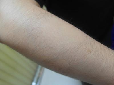 """日本女生無痛除毛新秘密武器!擺脫用拔的會痛;用刮的會長出粗硬毛的困擾。  【SmoothAway】簡單除毛美肌磨砂組,以小圓圈方式來回輕輕摩擦手腳,輕鬆去除雜亂不整的毛髮,並將身體、關節處的的老化角質一併去除。 臉部、身體皆可使用,可輕鬆去除細毛、硬毛,讓肌膚像嬰兒般""""咕溜""""滑嫩。 *體積小,攜帶方便,附旅行包,讓外出時也不用擔心露出毛毛!  *採用3M貼紙,更換貼紙時好撕除,不留痕跡!  *非一般市售粗糙磨砂紙,細緻不傷肌膚。"""