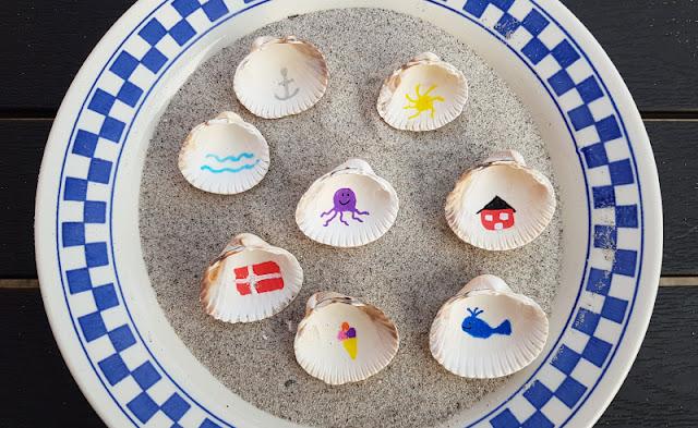 Muschel-Poesie: Mit Muscheln ein einfaches Spiel zum Geschichten-Erzählen basteln. Ihr könnt das Muschelspiel auch für unterwegs mitnehmen oder an andere verschenken, z.B. als individuelles Urlaubs-Mitbringsel.