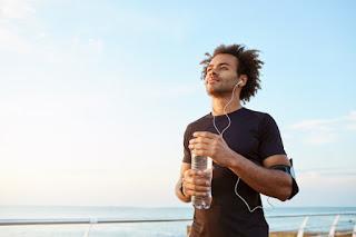 corrida na praia bebendo água