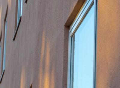 Husfasad med fönster