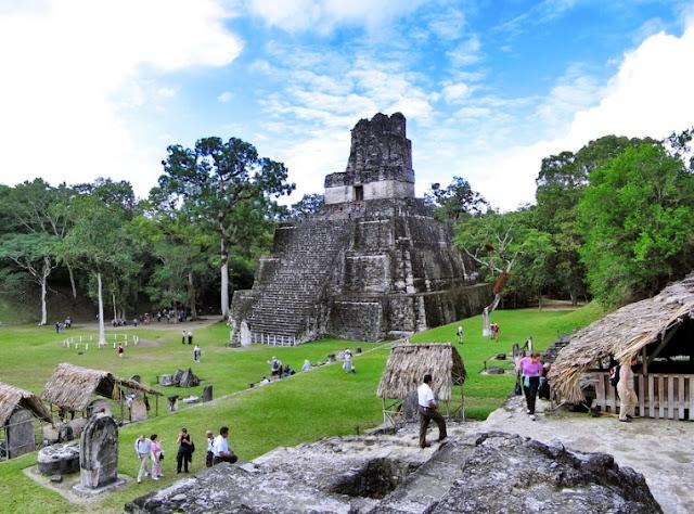 """Hay varias teorías de interpretación del nombre Tikal. Según la versión principal, esto significa """"depósito"""", es decir de estanques entre las ruinas. Aunque, por supuesto, los historiadores y arqueólogos todavía tienen que hacer muchos descubrimientos para descubrir la historia del imperio de mayo, porque las ruinas de Tikal son solo un pequeño porcentaje de lo que realmente se excavó."""