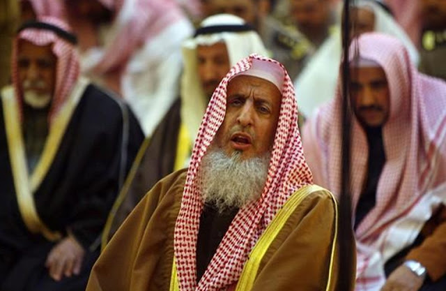 مفتي السعودية يحذر خطباء الجمعة من الحديث في السياسة