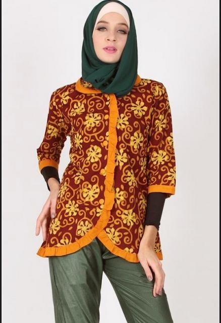 Celana batik kerja dengan paduan blouse netral