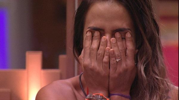 Paula e Carolina choram após desclassificação de Hariany (Imagem: Reprodução/TV Globo)