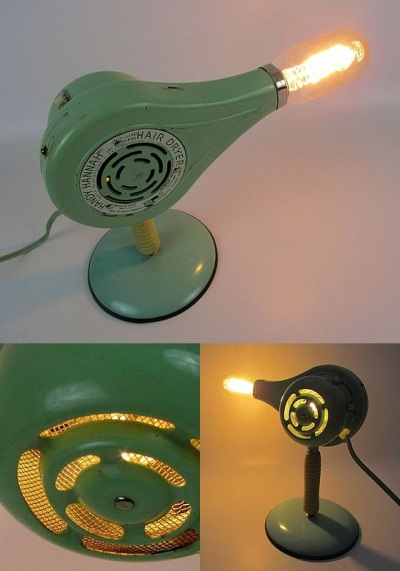 Lampu meja nyentik yang terbuat dari hair dryer jadul ini diberi nama Blow Dryer Lamp. Lampu hair dryer ini dibuat oleh Lunch Lady Vintage.