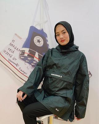 Paduan Jilbab dan Sepatu Canvas Dinda Hauw