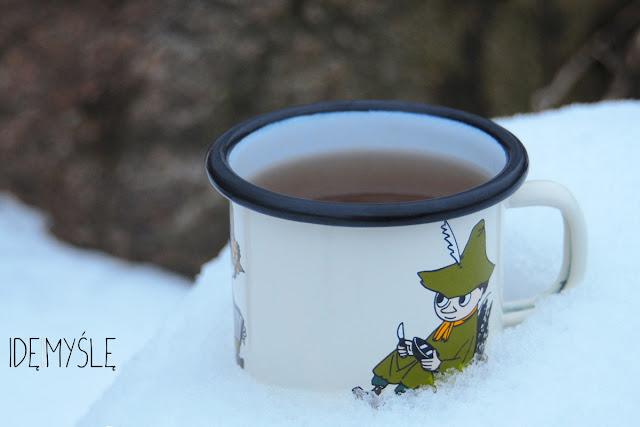 odwar głogowy, herbata z głogu i świerka, napój z igliwia, gotowanie na śniegu, kubek z włóczykijem