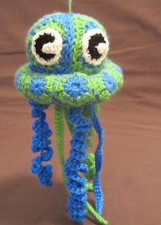 http://translate.googleusercontent.com/translate_c?depth=1&hl=es&rurl=translate.google.es&sl=en&tl=es&u=http://craftyghoul.com/2014/02/16/granny-jellyfish-crochet-pattern/&usg=ALkJrhi-j-7KXP3oFPpxgtEZ3e2ttL411w