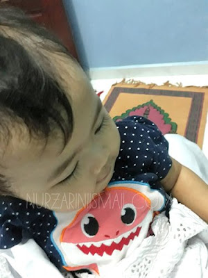 Solat Sambil Dukung Bayi