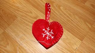 Szív alakú karácsonyi filcdísz varrása