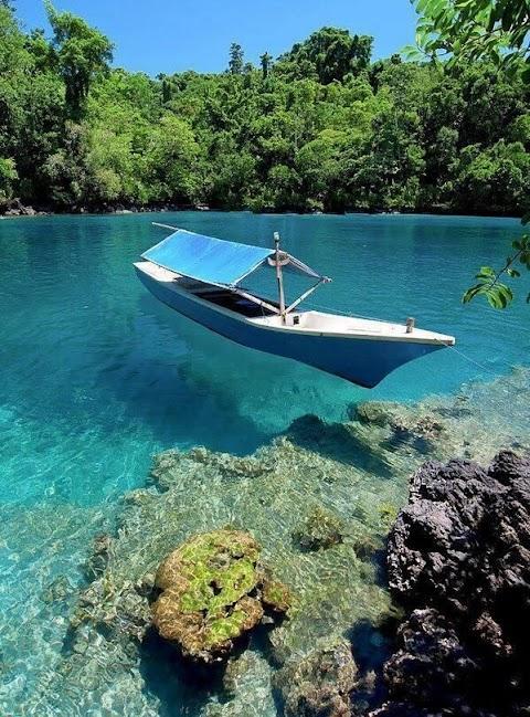 Chiếc thuyền nhỏ trên sông