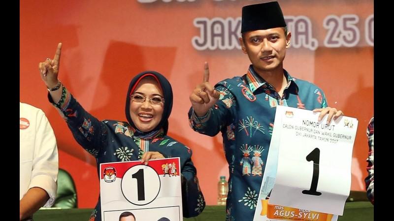 Agus Yudhoyono - Sylviana Murni menunjukkan nomor urut 1