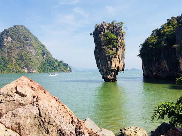 เขาตะปู หรือ เกาะตะปู หรือเกาะ James Bond ตั้งอยู่ทางด้านเหนือในเวิ้งอ่าวของเกาะเขาพิงกัน ทางทิศตะวันตกเฉียงใต้ของอุทยานแห่งชาติอ่าวพังงา เป็นเกาะที่มีชื่อเสียงใน จังหวัดพังงา