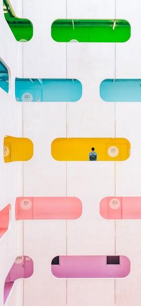 خلفية مبنى اسمنتي متعدد الطوابق بألوان زاهية
