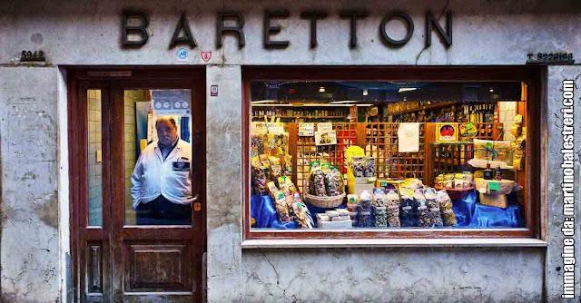 La vetrina dell'alimentari Baretton a San Canciano