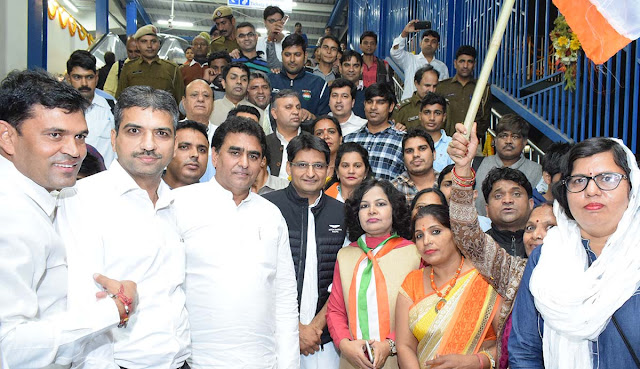 Congress MP Dipendra Hooda, who arrived at Ballabgarh from the metro, said, Congress donation with workers, celebrating happiness
