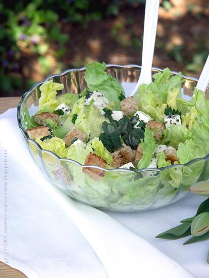 wiosenna sałatka z pokrzywą fetą i grzankami