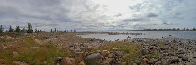 Panoramakuva karuista saarista merellä
