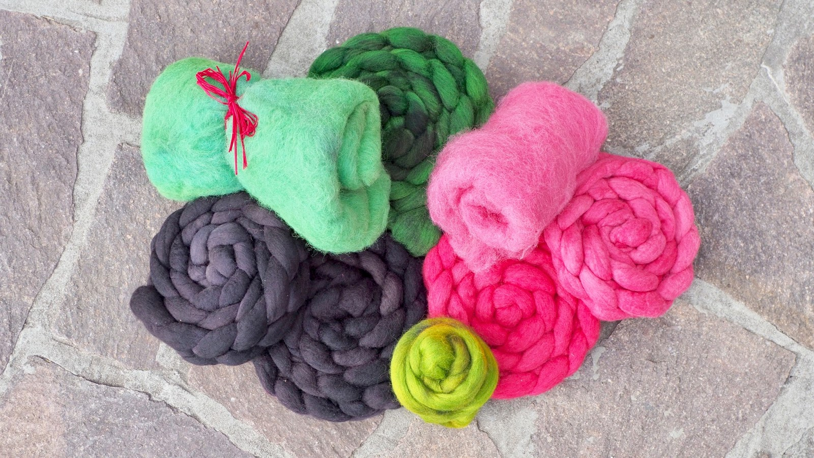 Wolle färben mit simplicol – handgefärbte Kammzüge und Fasern in schwarz, grün und pink