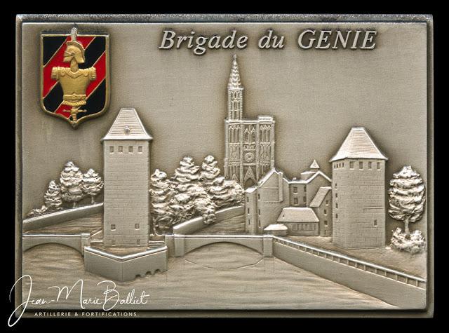 Plaque souvenir en bronze argenté — insigne émaillée de la brigade du génie. Ateliers Balme.