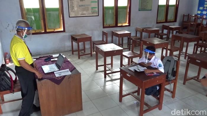 Tak Punya Smartphone, Dimas Sekolah Tatap Muka Sendirian, Gubernur Ganjar Siapkan KBM Tatap Muka Terbatas!