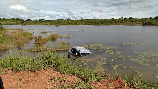 Motorista perde o controle e carro cai em lagoa na Transamazônica