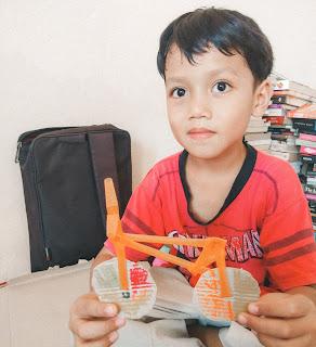 sepeda yang dibuat dari kardus dan pipet belajar transportasi
