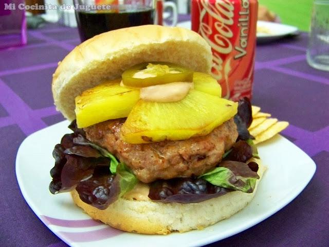hamburguesa de ternera con piña y jalapeños