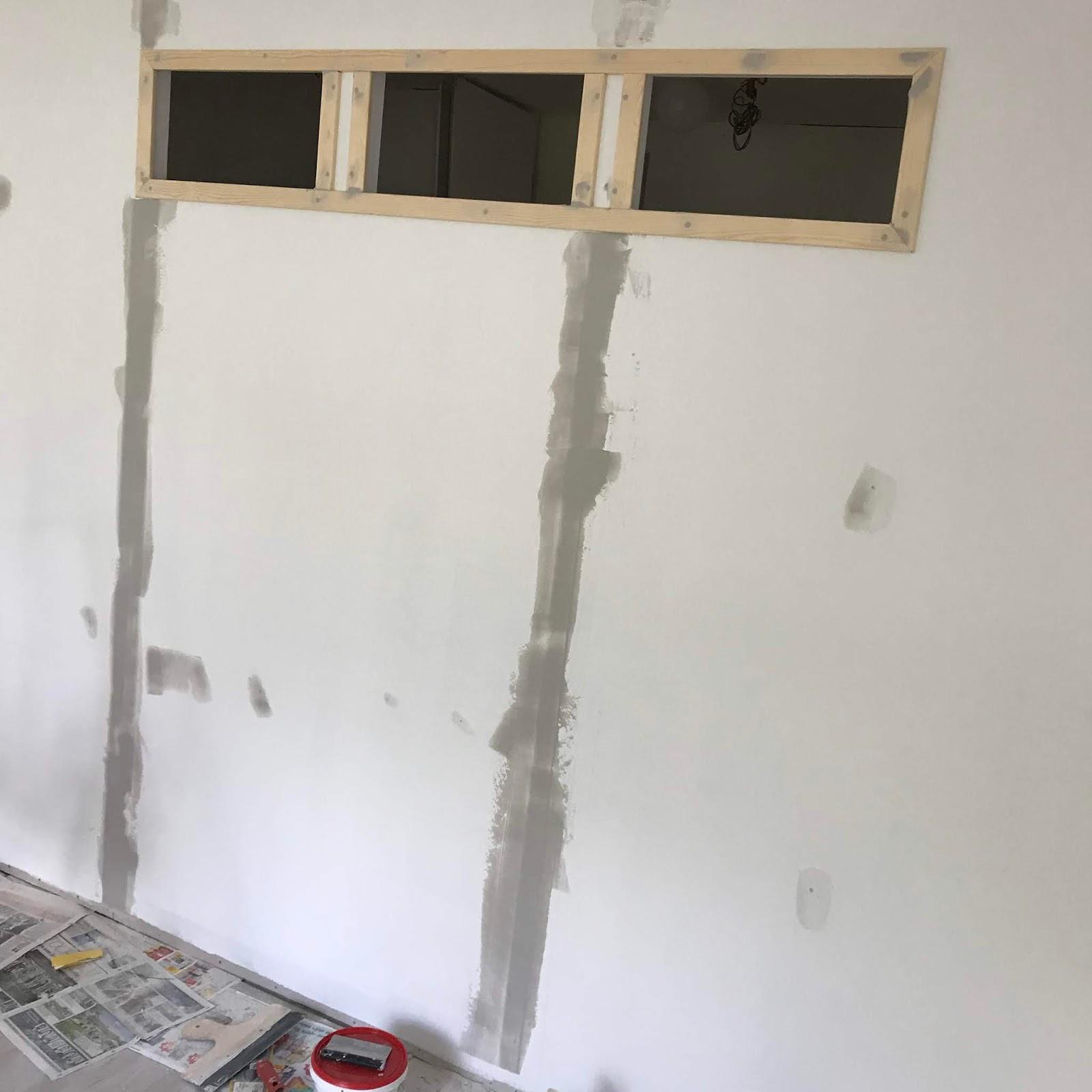 bredspacklad-vägg-ramar-plexiglas