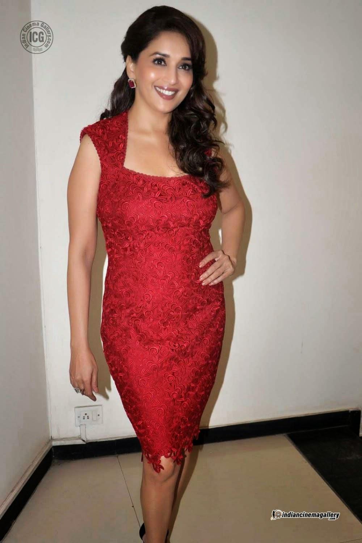 B Town: Deepika Padukone wardrobe malfunction
