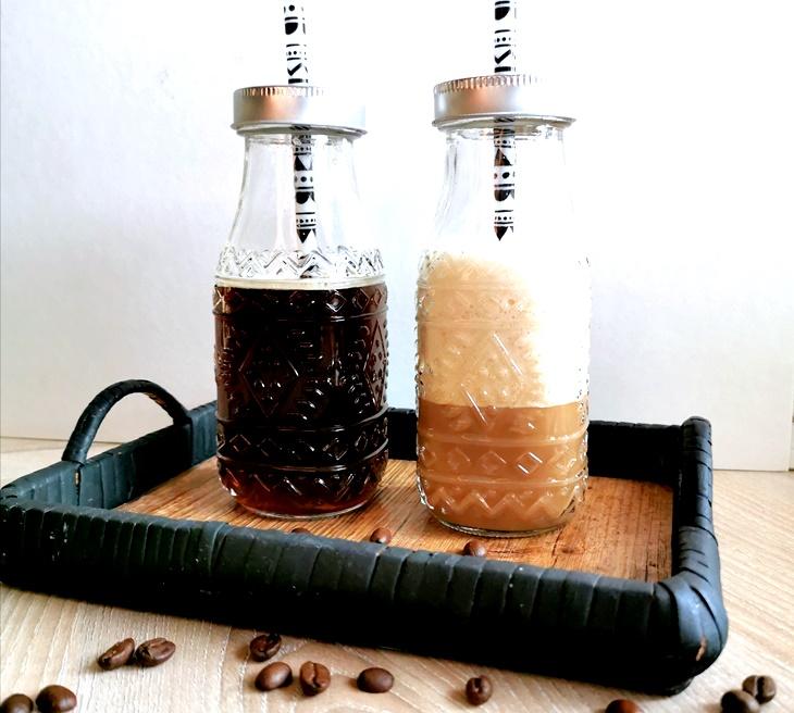 Zwei Trinkflaschen mit Cold Brew Kaffee auf Tablett