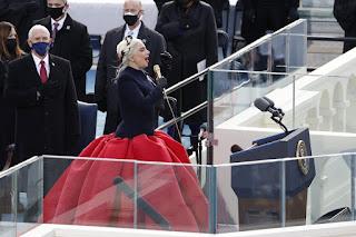 Lady Gaga canta emocionada o hino dos EUA em posse de Joe Biden
